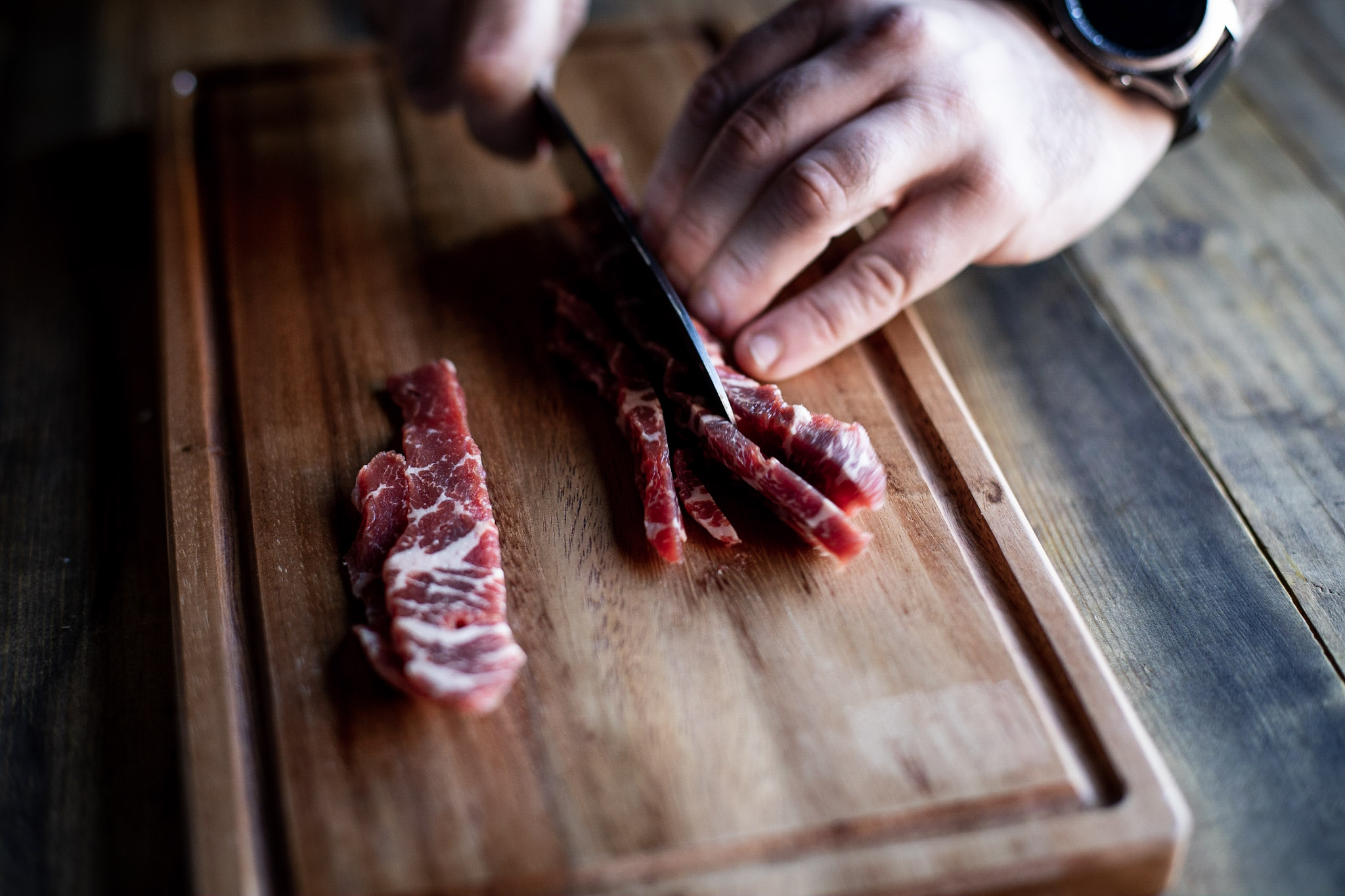 Slicing the chilled meat